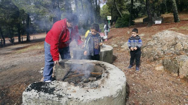 Una familia en un perol durante el día de San Rafael en Los Villares