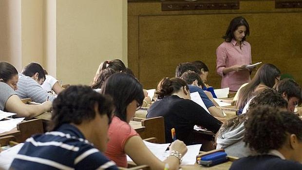 Una profesora impartiendo clase