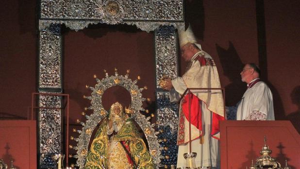 El obispo impone la corona a la Virgen de la Cabeza