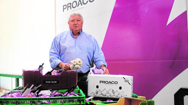 El gerente de Proaco posa con varios productos agrícolas de la firma
