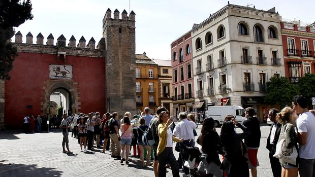Cola de turistas esperando acceder a los Reales Alcázares de Sevilla