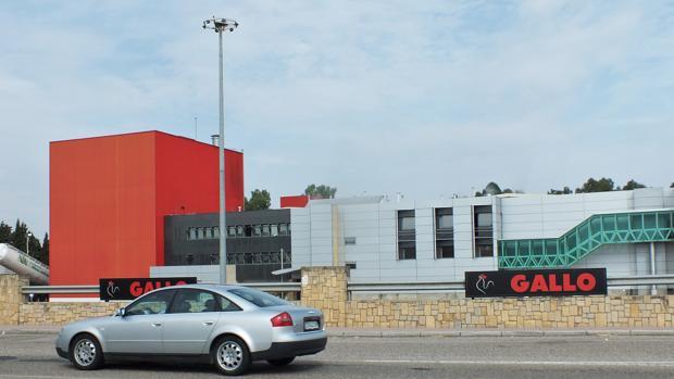 Un turismo pasa por delante de la fábrica de Pastas Gallo