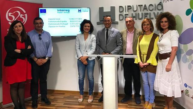 El presidente de la Diputación de Huelva Ignacio Caraballo (cuarto por la izquierda) y su pareja, Maite Jiménez (segunda por la derecha) en un acto