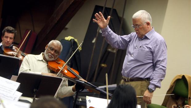 Abel Moreno, dirigiendo un ensayo de la orquesta de Córdoba