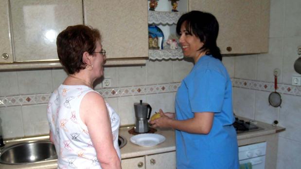 Trabajadora de ayuda a domicilio con una usuaria en Puente Genil