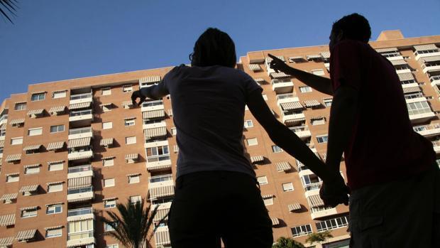 Dos personas miran pisos