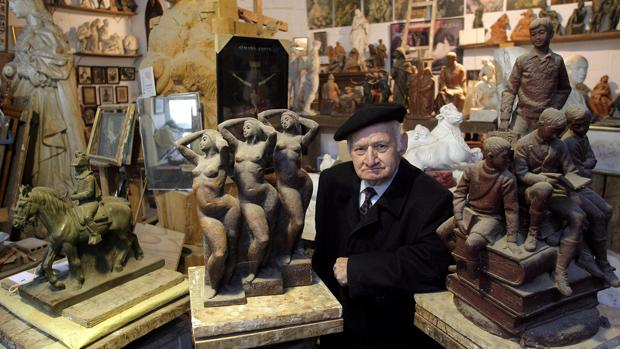 Juan Polo, en su taller de Fernán Núñez, entre sus obras