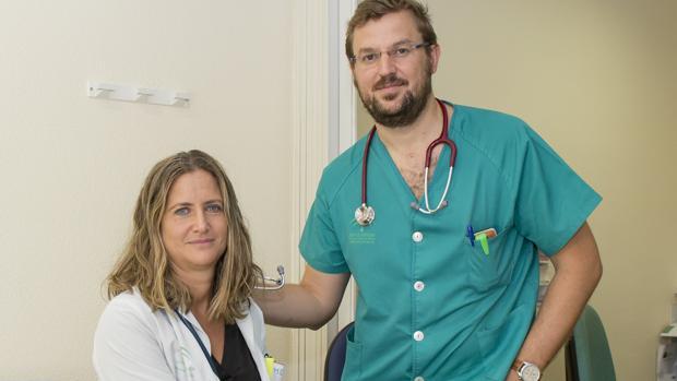 Los doctores Francisco Muñoz y Cristina Borrachero en la consulta del Hospital de Huelva