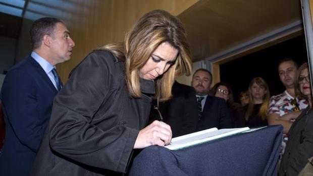 Susana Díaz firma en el libro de condolencias por la muerte de Chiquito de la Calzada
