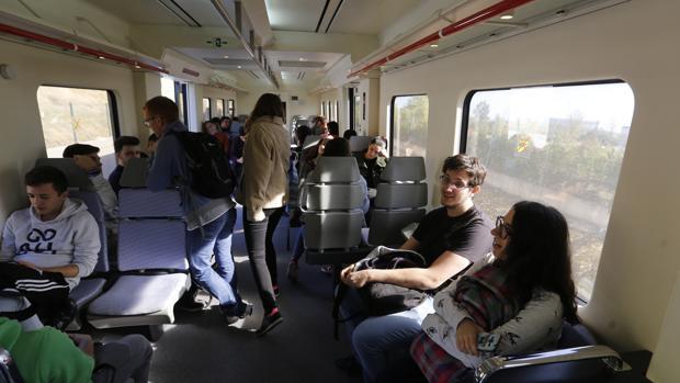 Viajeros en un vagón que enlaza la capital con Rabanales