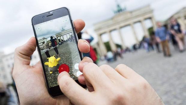 Un usuario de Pokémon GO captura una criatura virtual por la calle
