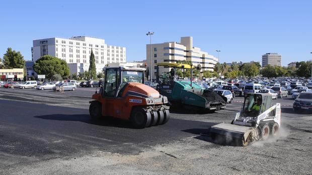 Máquinas allanan el pavimento en las nuevas instalaciones para dejar vehículos