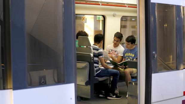 Cuatro jóvenes subidos a un vagón del tren que va a Rabanales