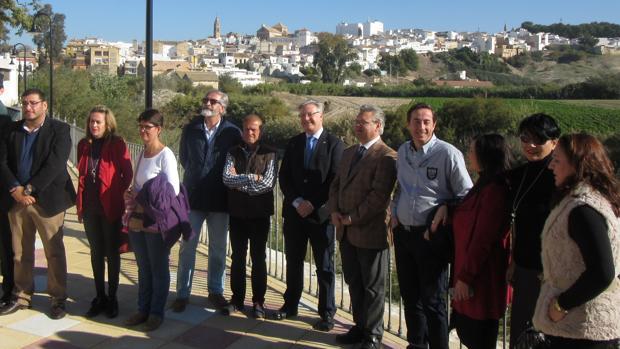 Autoridades en la inauguración del paseo fluvial de Puente Genil