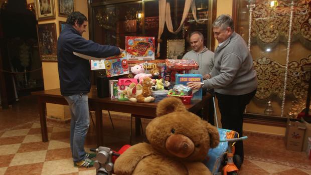 Recogida de juguetes en una hermandad