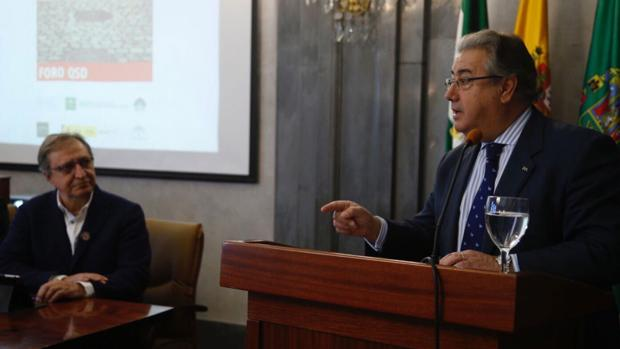 Juan gnacio Zoido, en presencia de Paco Lobatón