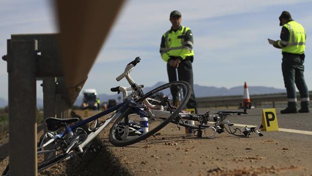La Guardia Civil de Tráfico atiende un siniestro con ciclistas implicados en una caretera malagueña en 2013
