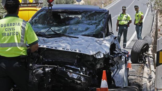 Un coche destrozado tras un accidente de tráfico en Huelva