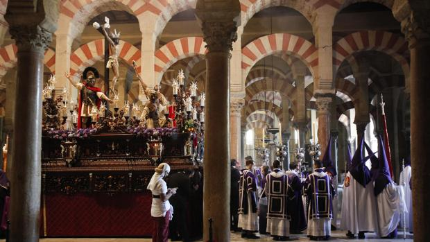 El paso del Cristo de la Agonía, a punto de ser dela Mezquita-Catedral