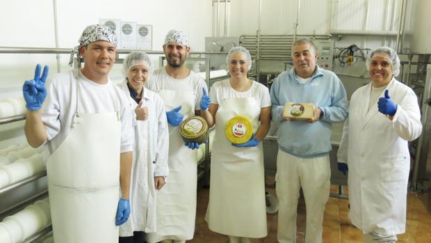 Plantilla de la quesería colona con los dos quesos premiados en Londres