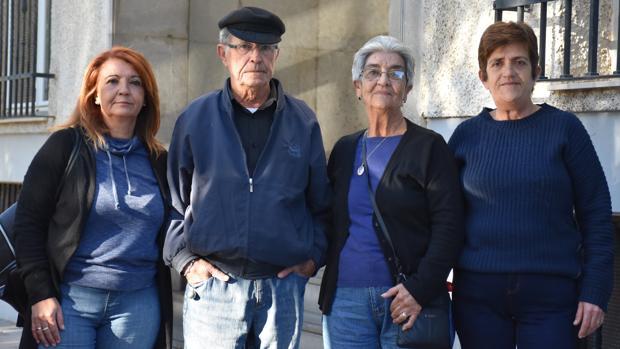 Los padres y las hermanas de Domingo Expósito, ayer a las puertas del juzgado de Fuengirola