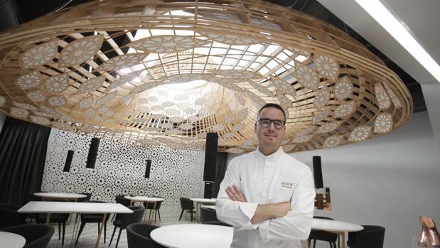 Morales, en el restaurante «Noor» que ha revalidado su estrella Michelín