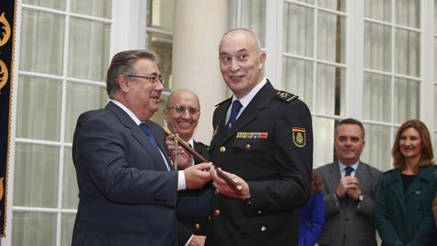 El ministro Zoido entrega a De la Rosa el bastón de mando durante su toma de posesión como jefe superior