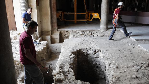 Excavación arqueológica bajo el vano de la nave número 17 de la Mezquita-Catedral de Córdoba