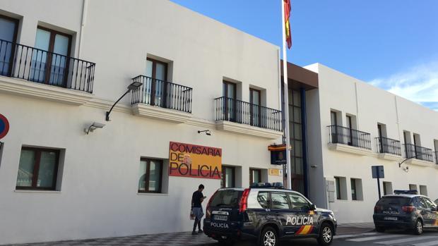 Comisaría de Policía Nacional de Estepona, cuyos agentes detuvieron al agresor de su propia mujer