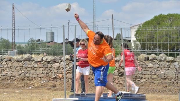 Un participante en las Olimpiadas Rurales de Añora