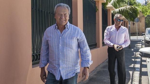 El exalcalde de Jerez de la Frontera Pedro Pacheco a su llegada a su domicilio tras su primer permiso
