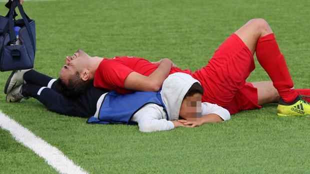 Moisés Aguilar, bajo el jugador rival al que ayudaba a respirar
