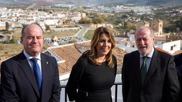 Susana Díaz junto a Manolo Barón (i) y Fernando Rodríguez Villalobos (d).