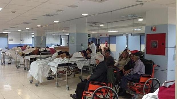 Imagen de la sala de espera de urgencias del Hospital Macarena en uno de los picos de asistencia