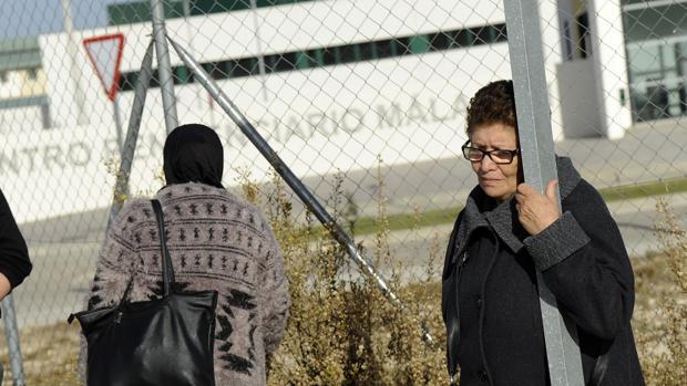 Familiares de los inmigrantes recluidos en la cárcel de Archidona ante el presidio