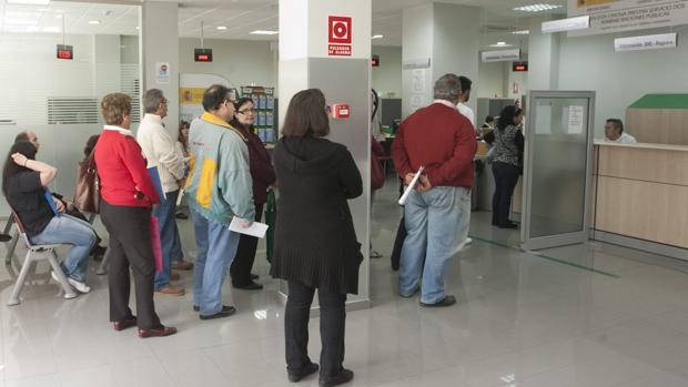 El paro en andaluc a baj en personas en noviembre y for Oficina empleo almeria