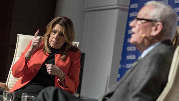 Susana Díaz, durante el encuentro radiofónico con el expresidente Escuredo sobre el 4-D