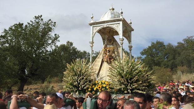 La Virgen de la Sierra, durante una bajada