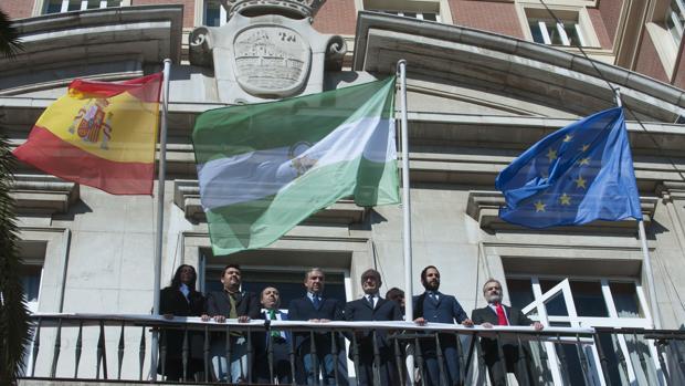 La bandera andaluza ondeando en la Diputación de Málaga, donde se prohibió en 1977