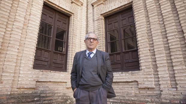José Manuel Cuenca Toribio, en el patio de la Facultad de Letras de Córdoba