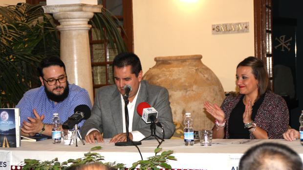 David Aguilera (centro) en la presentación de su libro en Priego
