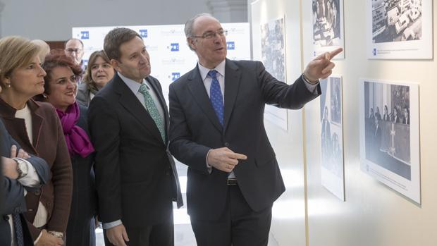 El presidente del Parlamento en la inauguración de una exposición fotográfica de los 35 años de la institución
