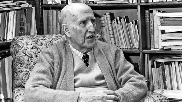Vicente Aleixandre en la biblioteca de su casa
