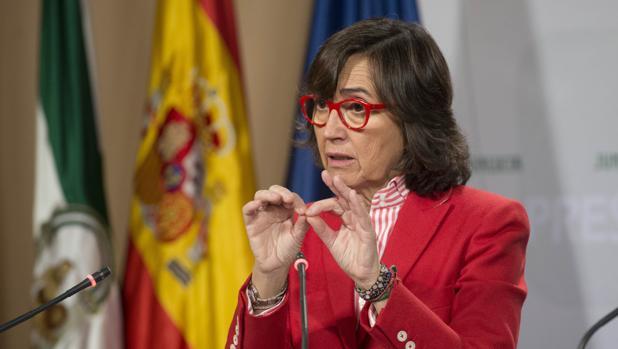 La Consejera de Justicia e Interior, Rosa Aguilar, presentando la nueva ley a los medios