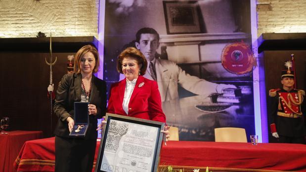 Pilar Soria recoge el título de Hijo Predilecto de manos de la alcaldesa, Isabel Ambrosio