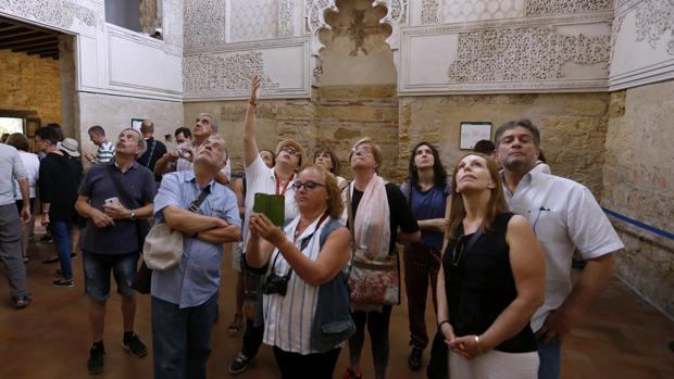 Un grupo de turistas en el interior de la Sinagoga