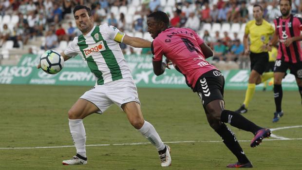Alejandro Alfaro ejerciendo de capitán ante el CD Tenerife esta temporada