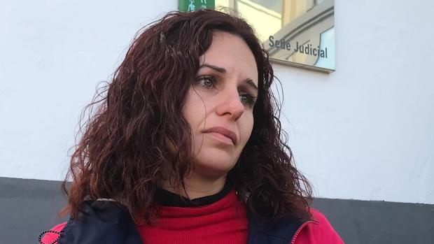 Sonia Barea junto a la sede judicial de la Junta de Andalucía