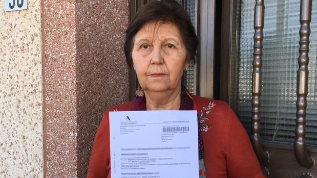 Ana Pérez muestra la notificación de apremio de la Agencia Tributaria