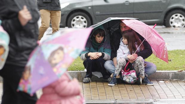 Niños esperando a las carrozas durante la Cabalgata de 2016, que se canceló por la lluvia